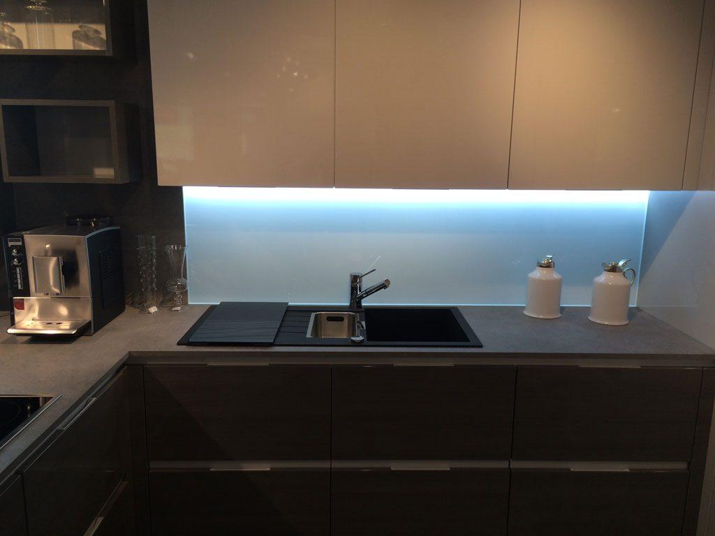 Credence cuisine lumineuse cuisine ouverte crdence bleu canard plan de travail bois htre blanc - Credence cuisine lumineuse ...