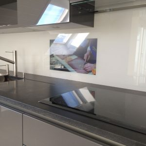Crédence en verre avec télévision - Vitrerie DAVID Sàrl - Yverdon-les-Bains